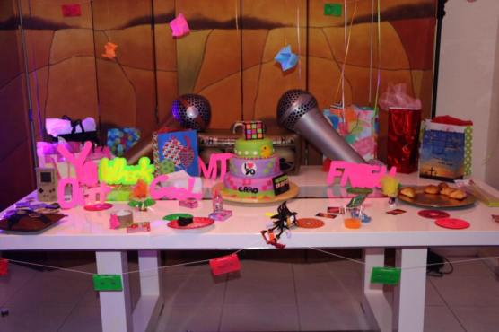 Party like its 1989 a neon birthday bash rent my wedding blog our stylish diy birthday girl solutioingenieria Images